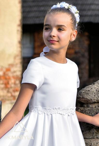 satynowa sukienka komunijna z kontrami na spódnicy