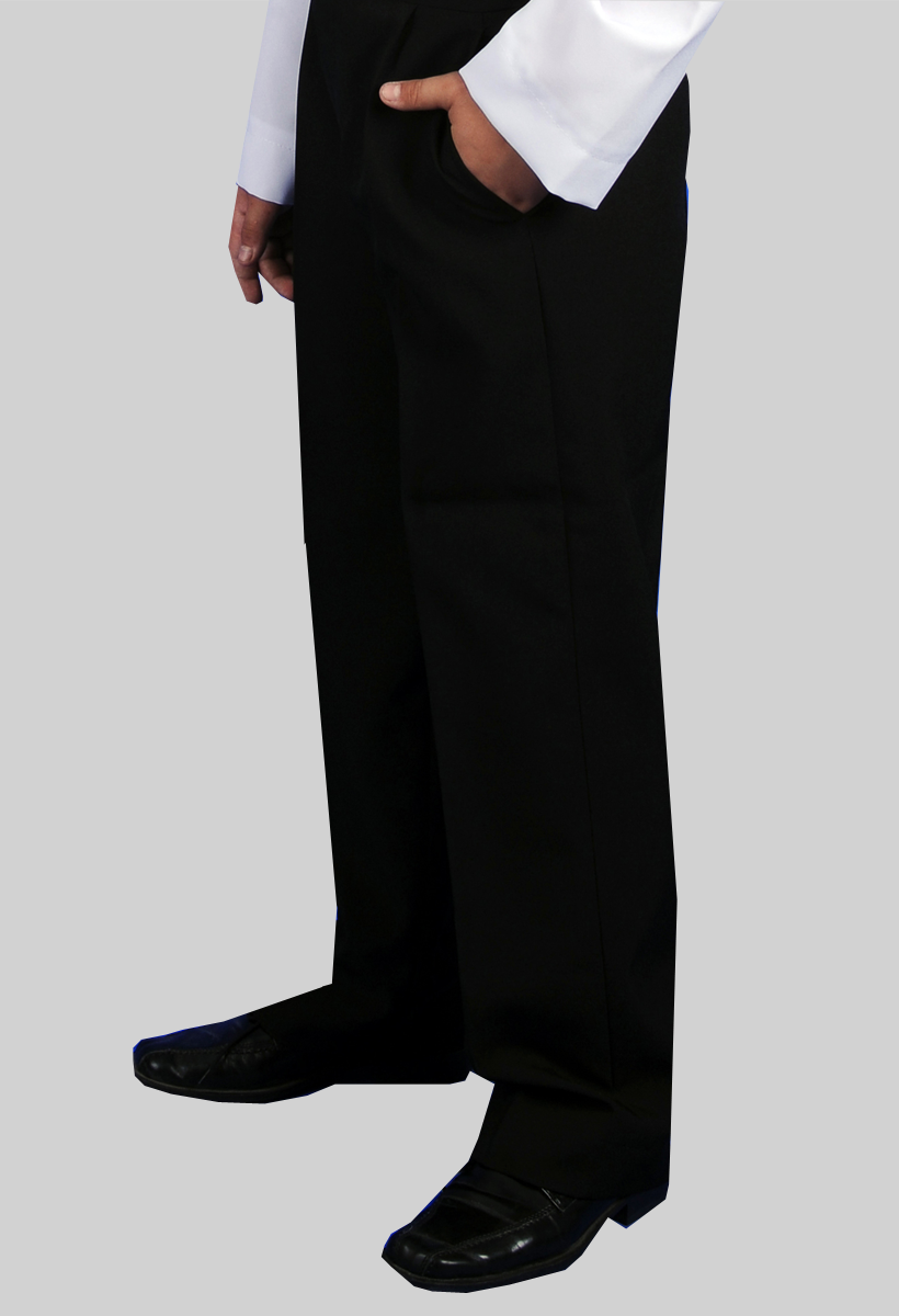 czarne garniturowe spodnie dla chłopców przystępujących do pierwszej komunii świętej