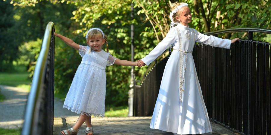 Długa, biała sukienka na komunię - konieczność czy siła przyzwyczajenia?